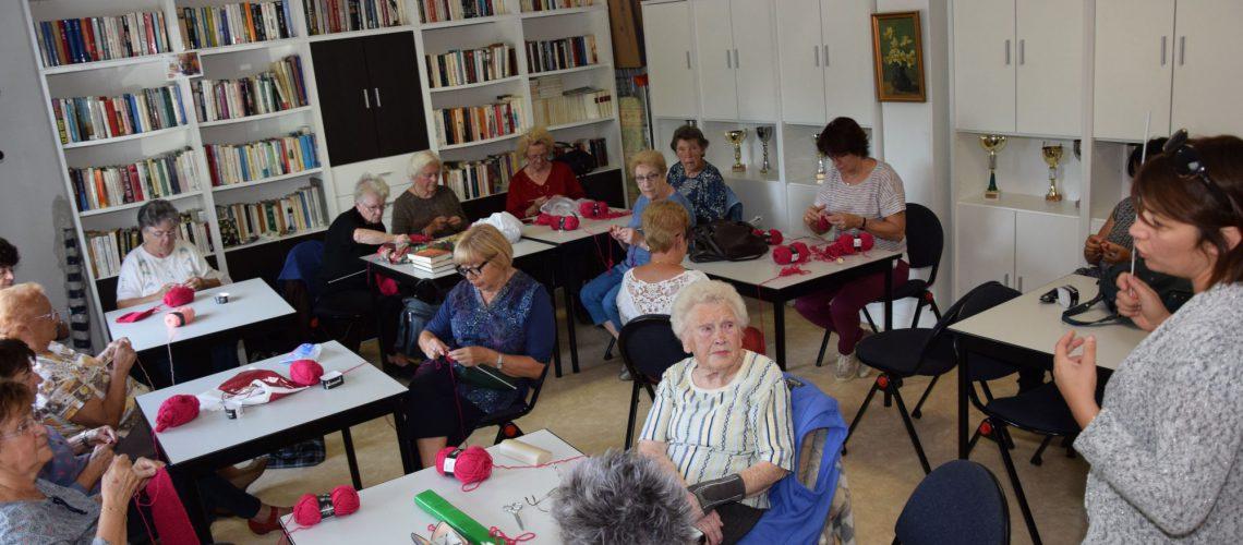 On tricote dans le cadre d'Octobre rose !